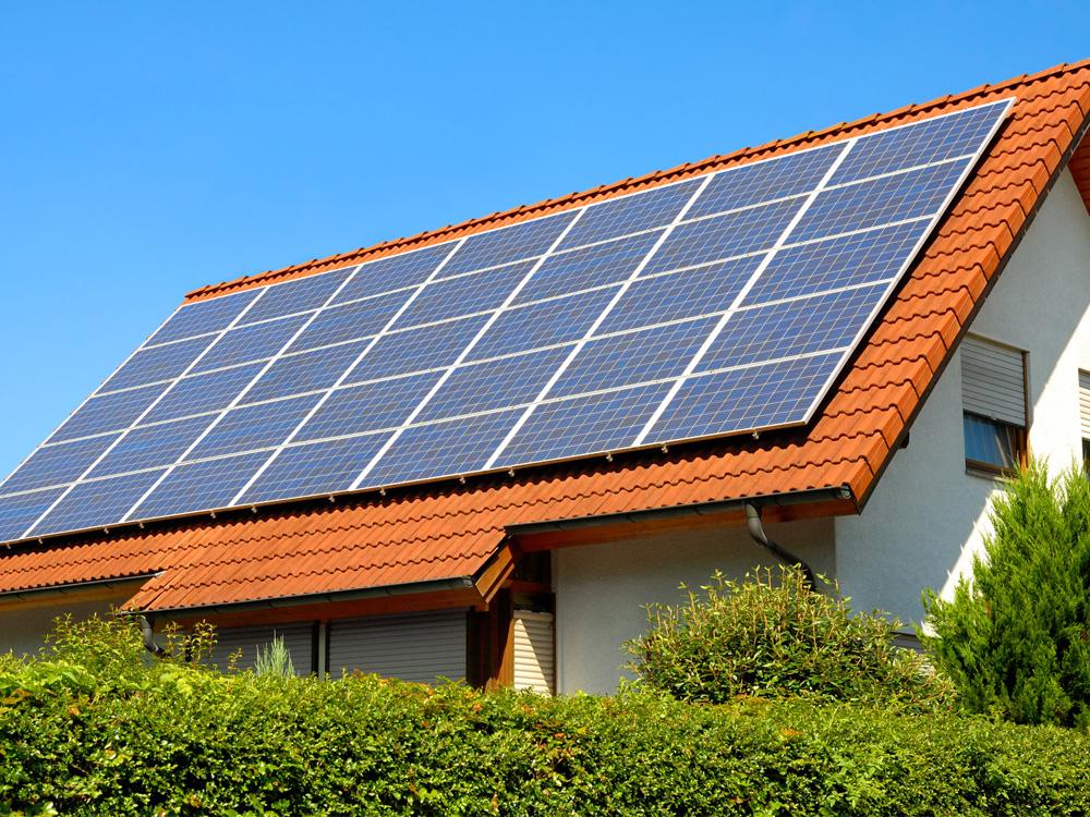 Différence entre les capteurs solaires (production de chaleur) et les panneaux photovoltaïques (production d'électricité)